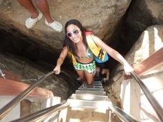 Escada entre fenda de rochas